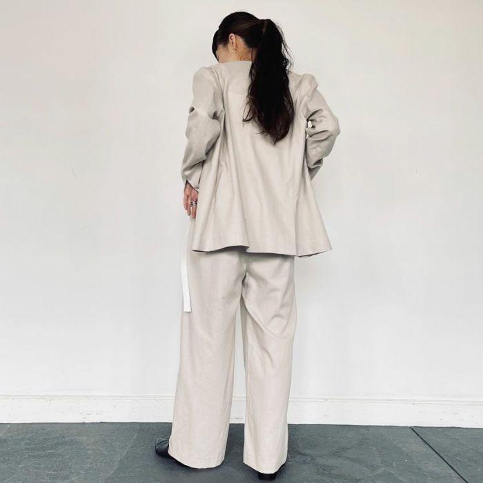 綿麻ノーカラージャケットベージュカラーとセットアップコーデ。