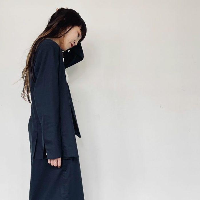 綿麻ノーカラージャケットネイビーカラーとスカートを合わせたセットアップコーデ。