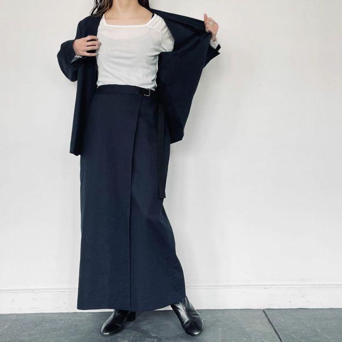 綿麻ノーカラージャケットネイビーカラーとスカートを合わせたセットアップコーデ。春夏にオススメです。