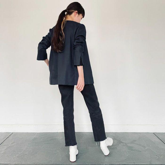綿麻ノーカラージャケットネイビーにデニムパンツを合わせたカジュアルスタイル。