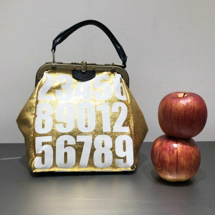 B.Florence (ビーフローレンス) ハンドバッグ MINI OLD NUMBERS ゴールド正面 リンゴとサイズ比較