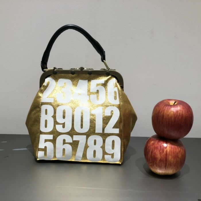 B.Florence (ビーフローレンス) ハンドバッグ MINI OLD NUMBERS ゴールド背面 リンゴとサイズ比較
