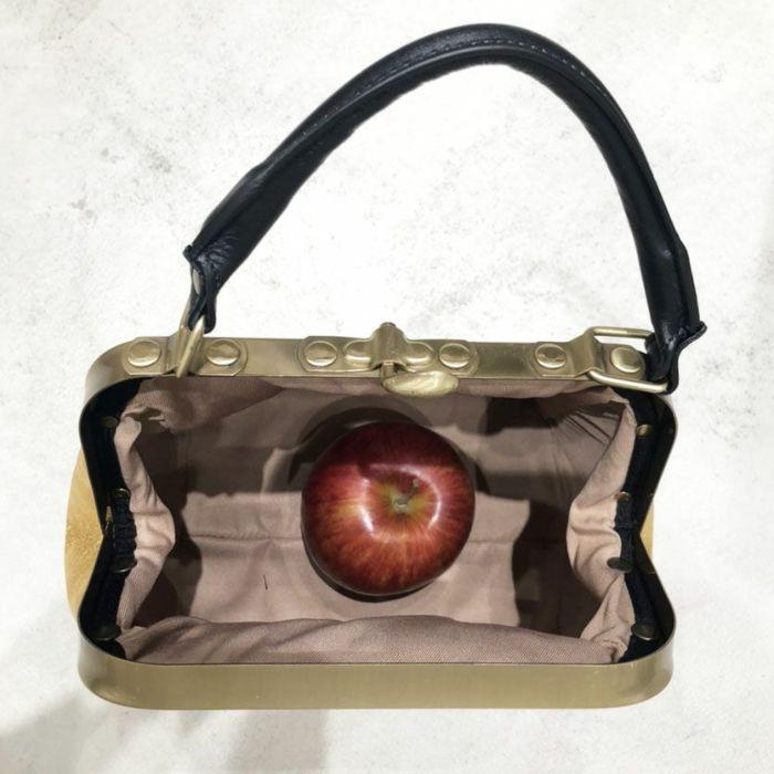 B.Florence (ビーフローレンス) ハンドバッグ MINI OLD NUMBERS 内側 リンゴとサイズ比較