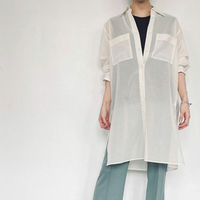 シアーシャツオフホワイトカラー ブラックキャミとスカートと合わせたコーディネート