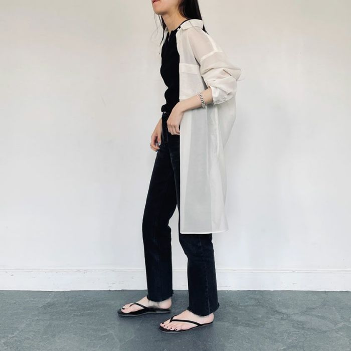 シアーシャツホワイト軽くて羽織りやすいブラウス。