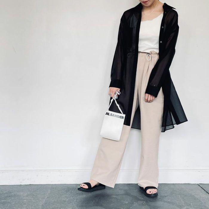 シアーシャツブラックカラーとサテンワイドパンツを合わせたコーディネート。