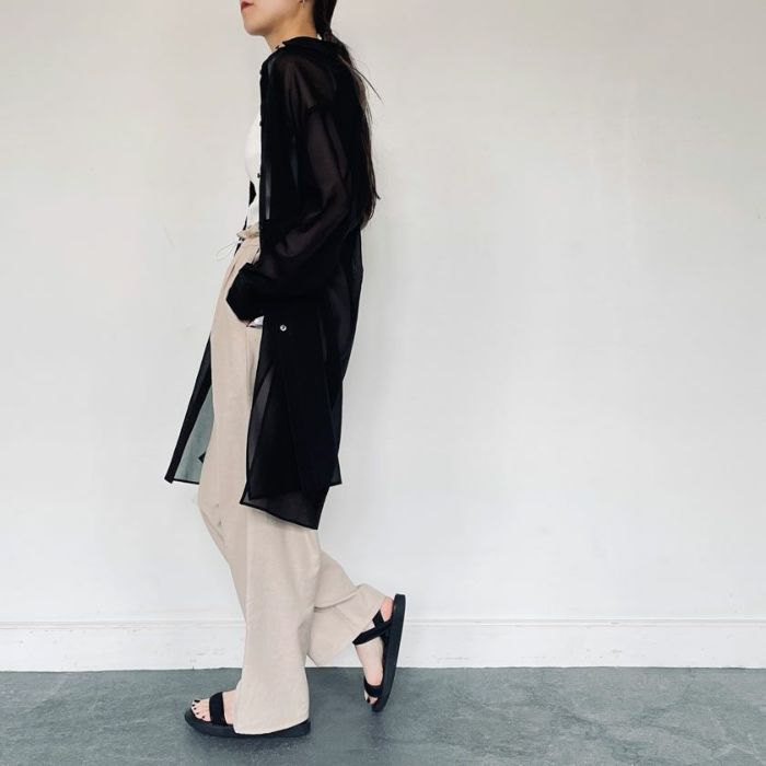 シアーシャツブラックカラーとサテンワイドパンツを合わせたコーディネート