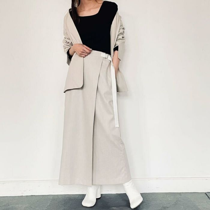 綿麻ラップスカートと綿麻ノーカラージャケットを合わせたセットアップ風コーディネート。