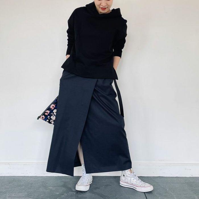 綿麻ラップスカートネイビーカラーとシフォンテレコカットソーを合わせたセットアップコーディネート。