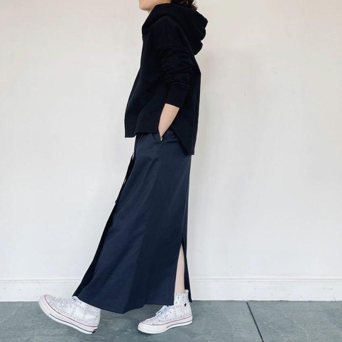 綿麻ラップスカートネイビーカラーとバックスリットが可愛いポイント。