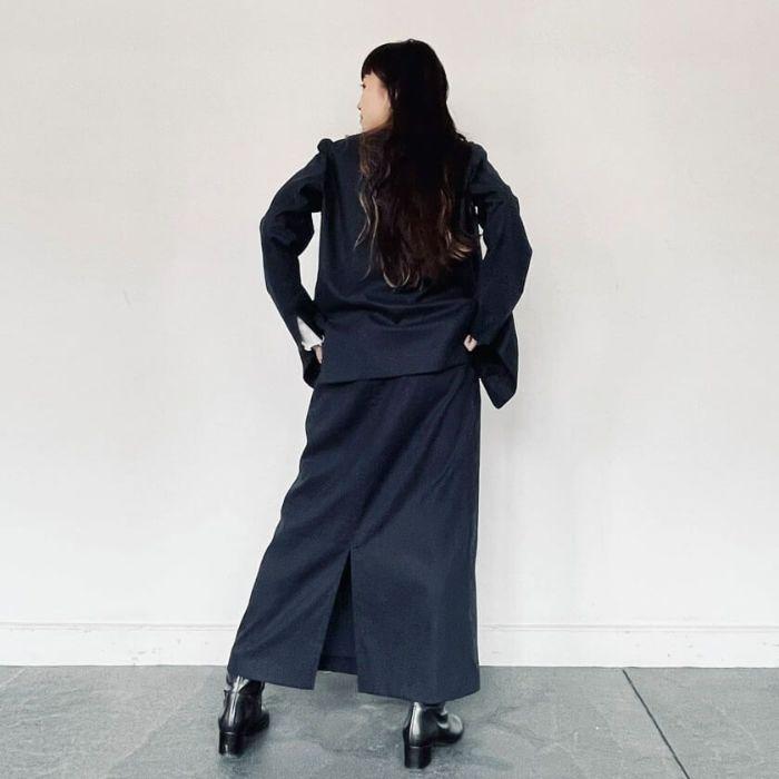 綿麻ラップスカートと綿麻ノーカラージャケットのセットアップコーディネート。