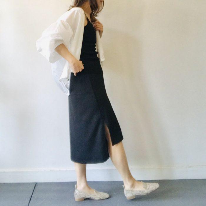 タイトスカートでキリッとかっこいいスタイルにも合うパイソン柄ローファー