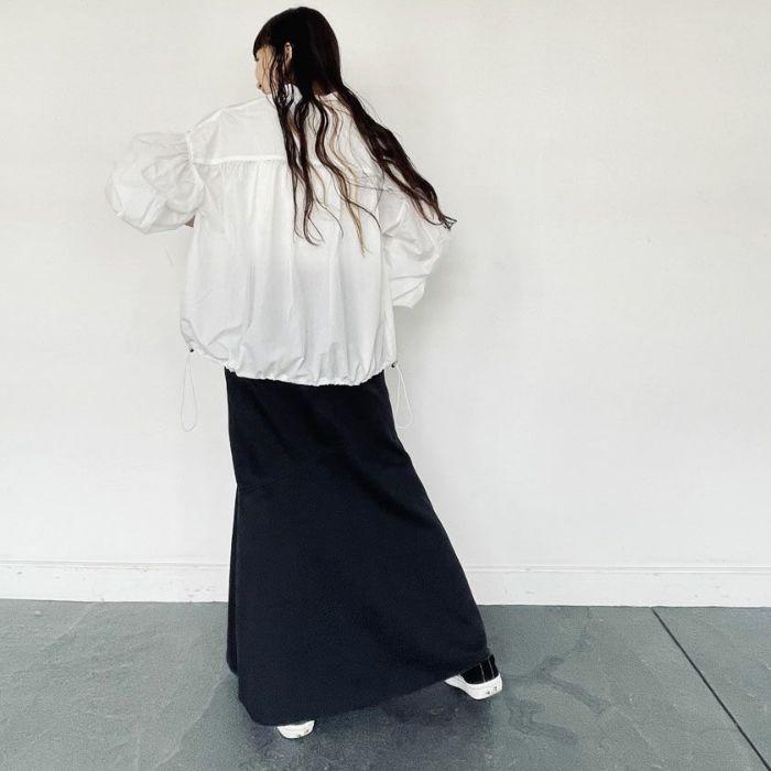 タフタブルゾンホワイトカラーとデニムスカートを合わせた春夏コーディネート。