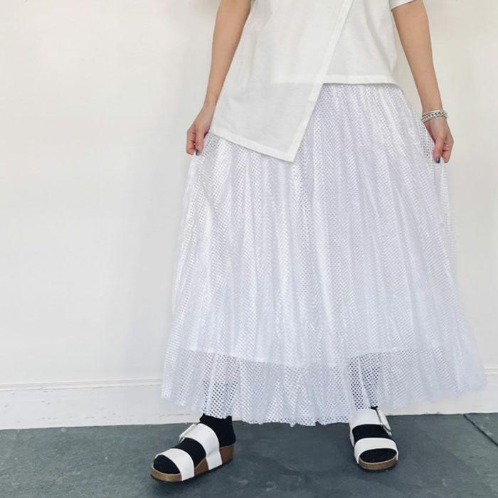 メッシュプリーツスカートホワイトカラーとベージュカーディガンを合わせたコーディネート
