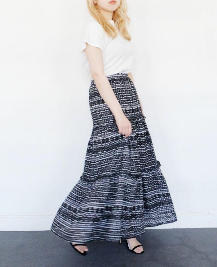パンチングスカートを半袖とコーディネートしている全身写真