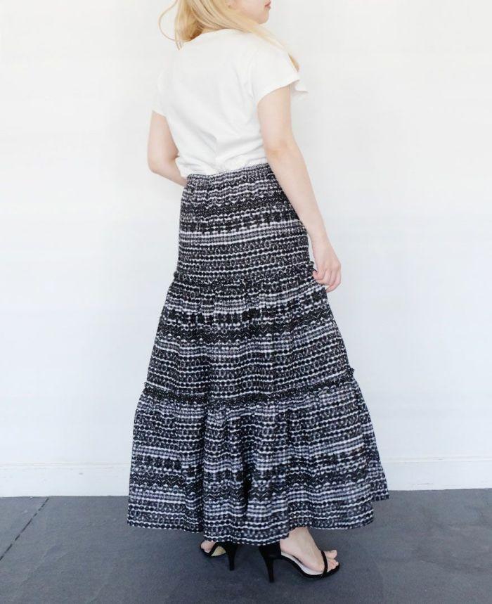 パンチングスカートを半袖カットソーとコーディネートしている後ろ姿