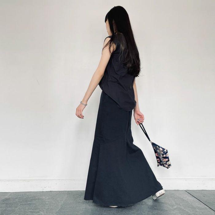 強撚ノースリカットソーブラックカラーとスカートを合わせたコーディネート