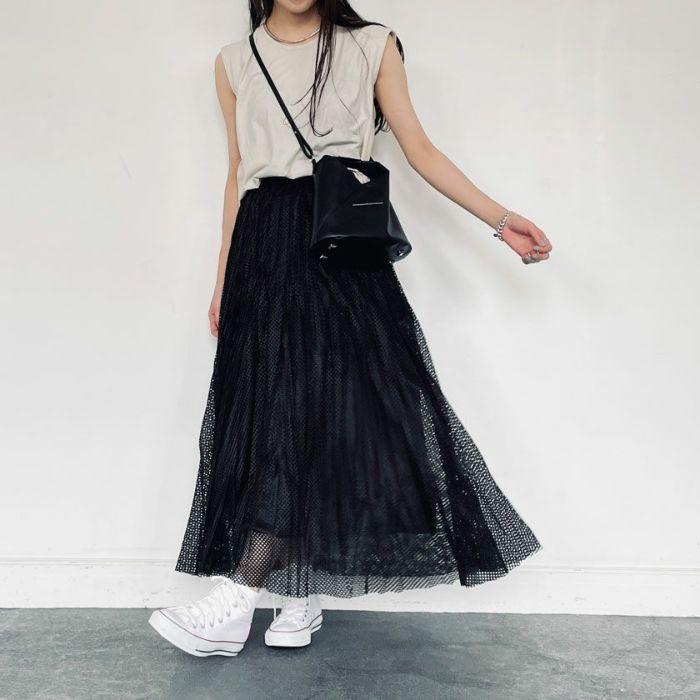 強撚ノースリカットソーベージュカラーとメッシュプリーツスカートを合わせたコーディネート