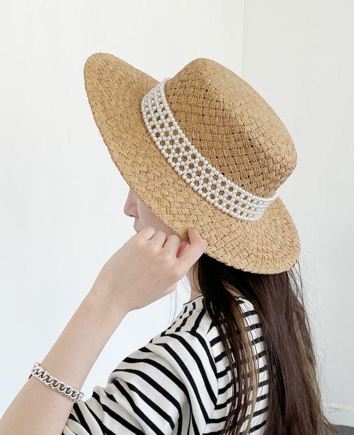 天然素材らしい質感と色味がシーズンムードを盛り上げてくれる、ベージュカラーのカンカン帽子