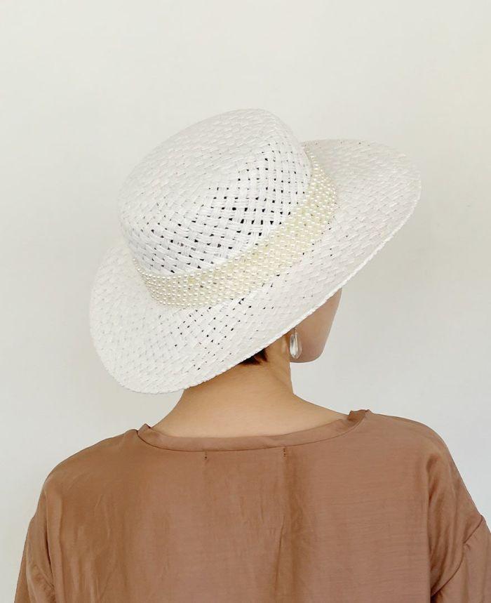 天然素材らしい質感と色味がシーズンムードを盛り上げてくれる、ホワイトカラーのカンカン帽子