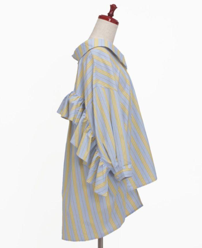 バックは袖から袖まで大きめフリルがあしらわれているマニッシュなシャツは、シーズンレスで使える一枚です。