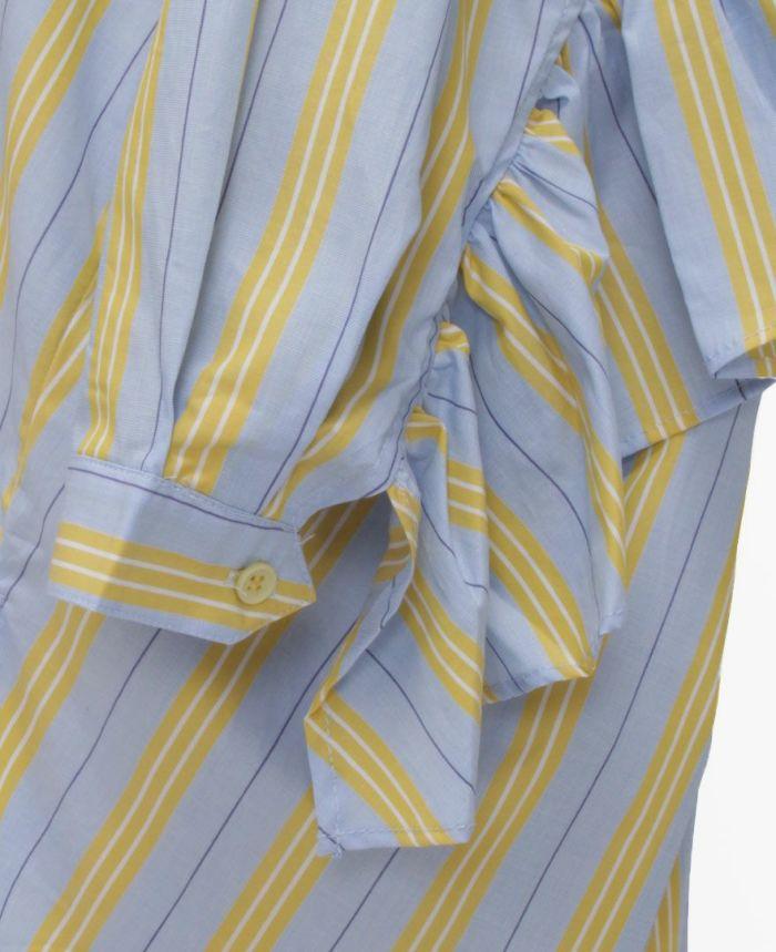 ストライプシャツの袖までたっぷりフリルがあってマニッシュな中にも女らしさを出してくれる商品です。