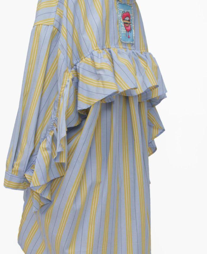 ブルーとイエローの2色ストライプが涼し気な印象を与えてくれるシャツは、冷房対策にもバッチリ。
