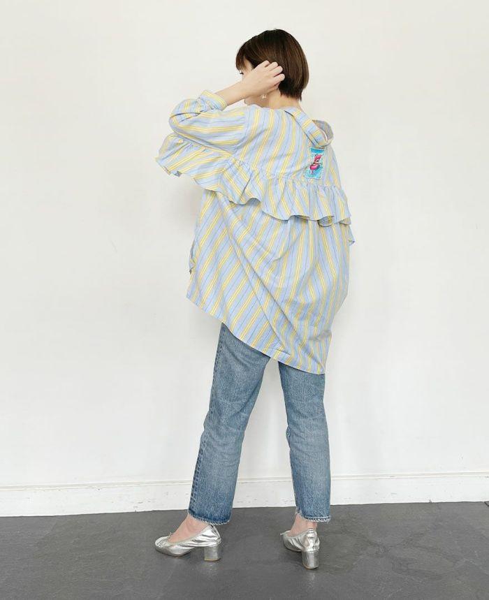 オーバーサイズのシャツに太めのパンツを合わせてマニッシュコーディネートに。